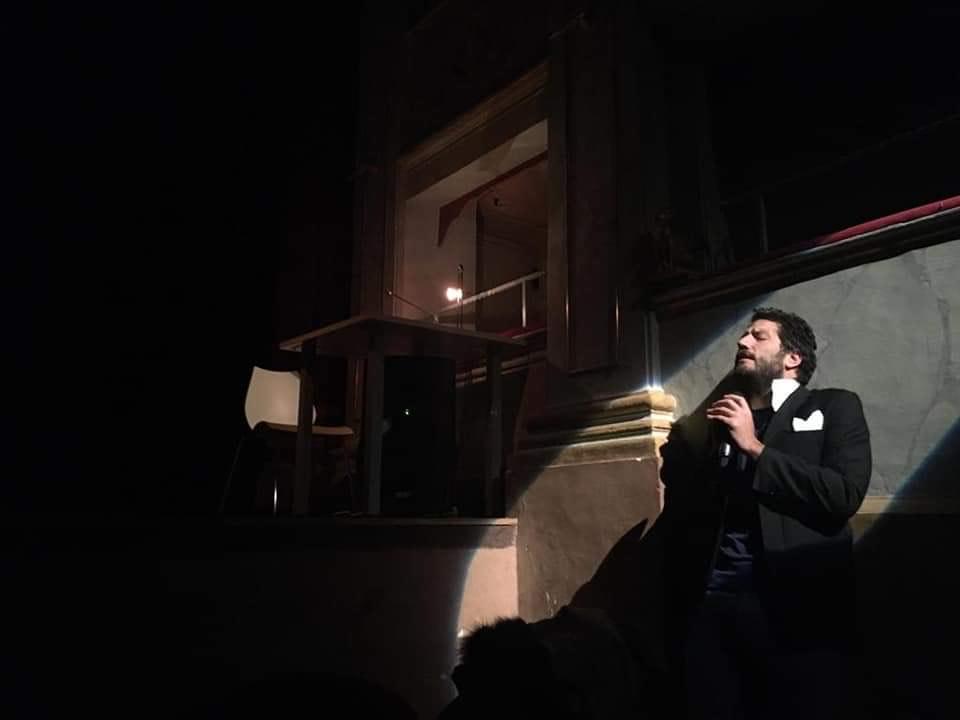 """MONTEMARCIANO, TEATRO ALFIERI NEL SEGNO DI TENCO: """"CIAO AMORE CIAO"""", SABATO 29 L'INCHIESTA DEGLI ASINI BARDASCI SUL GRANDE CANTAUTORE"""